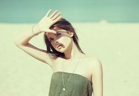 hạn chế tiếp xúc với ánh nắng để chăm sóc da bị nám
