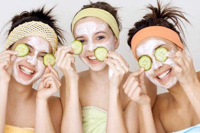 chăm sóc da bị nám bằng cách đắp mặt nạ dưỡng chất từ thiên nhiên